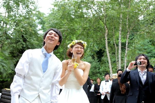 憧れの庭で挙式を挙げる新郎新婦