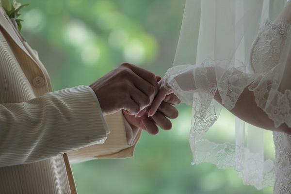 新郎が新婦へ指輪をはめる