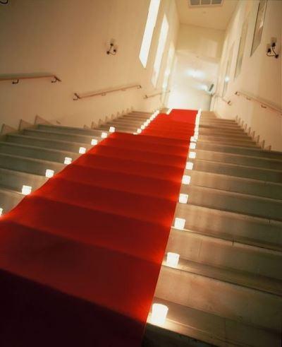 ウエディングパーティー会場へ向かう階段