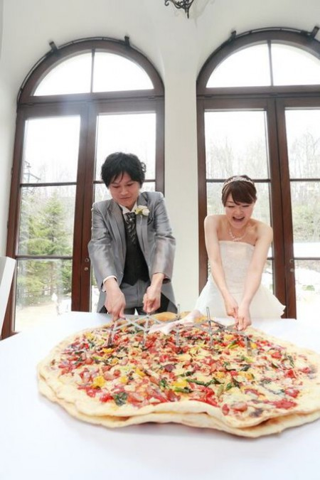 ファーストバイト|結婚式|巨大ピザ