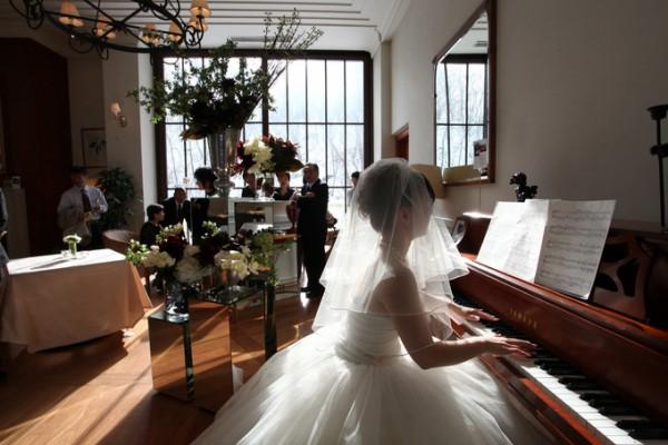 花嫁がピアノを弾いている様子