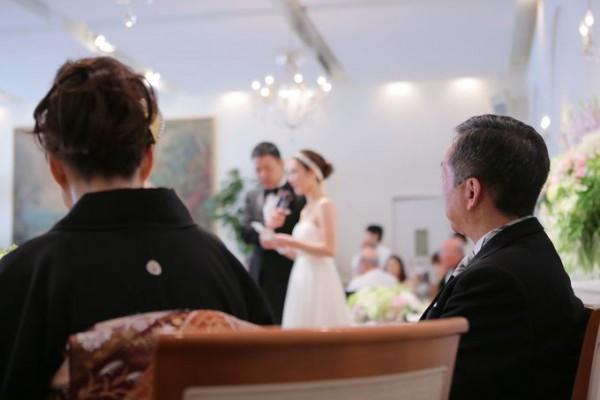 結婚式に参列している両親
