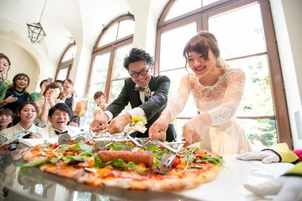 ピザ入刀|結婚式のファーストバイト