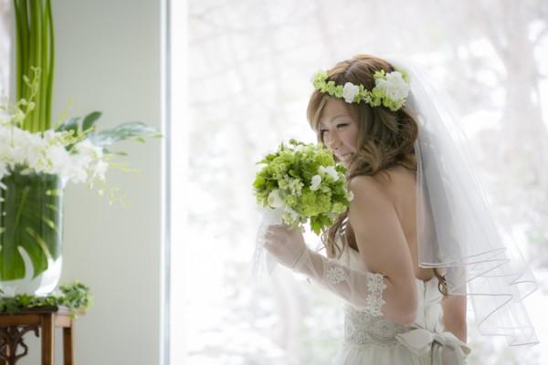 ウエディングブーケを持つ花嫁