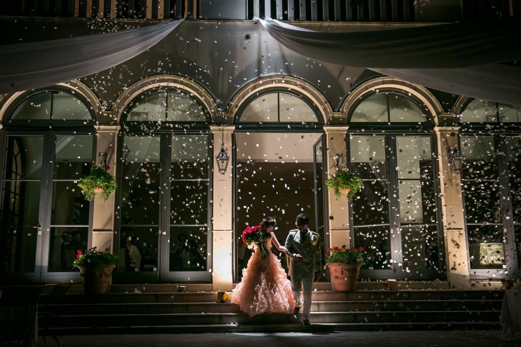 バラの花束が彩る二人の結婚式