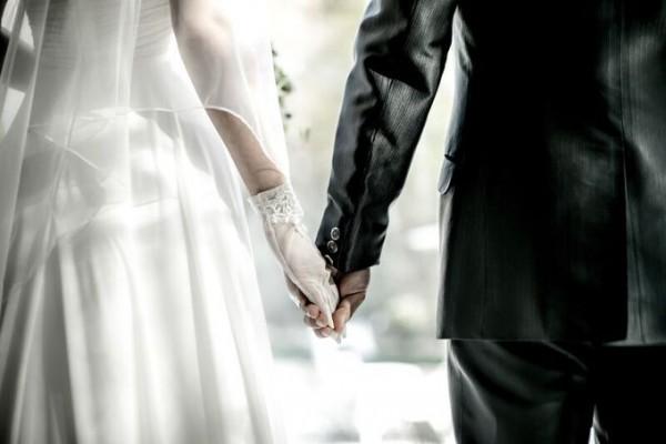 手をつなぐ新郎新婦のお二人|ジャルダンドゥボヌール