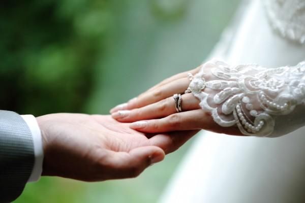 新郎新婦のおふたりの手|ジャルダンドゥボヌール