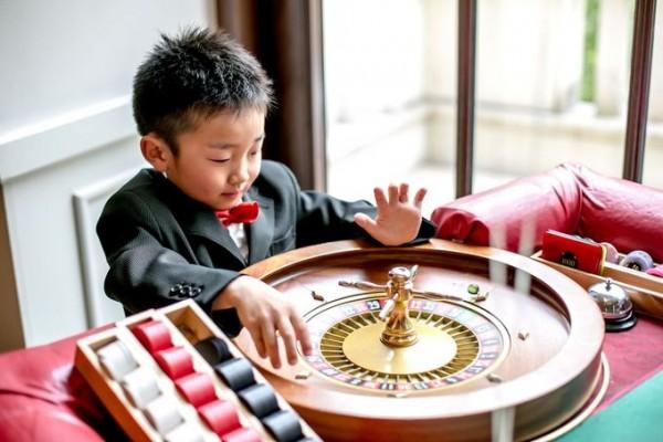 ルーレットで遊ぶ少年|ジャルダンドゥボヌール