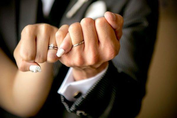 結婚指輪と新郎新婦