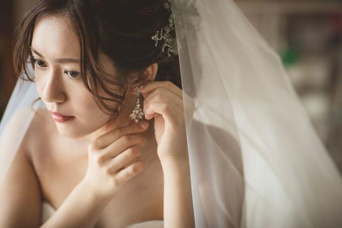 イヤリングを付ける花嫁様